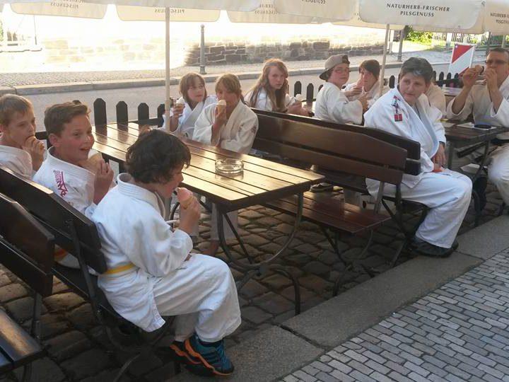 Letzte Trainingseinheit der Judo Kids vor den Ferien am Oederaner Eisladen bei 33 Grad …☺
